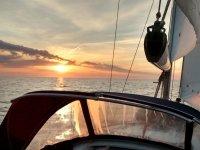 Barco con sol poniendose