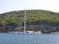 Tomando el sol en el barco junto a la costa