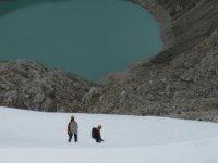 Especialistas avanzando tras la nevada