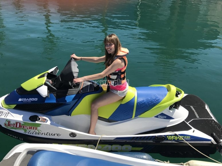 Montando en moto acuática
