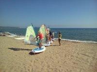 在海滩上学校设施帆板运动课程学习控制