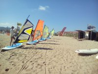 在沙滩双体帆船帆板运动课程