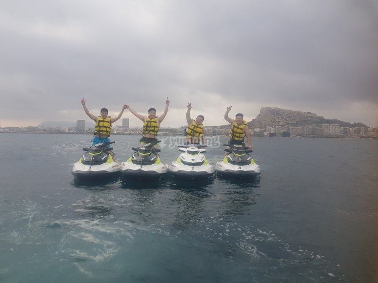 Excursión con amigos en moto de agua