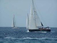 Seduto sul ponte della barca a vela delle Canarie