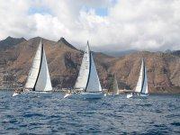 Barche a vela che navigano attraverso l'Atlantico