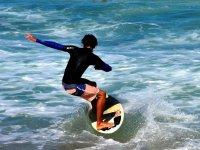 Jugando con las olas y la tabla