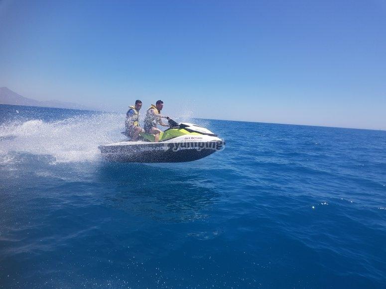 Mar calmado perfecto para moto de agua