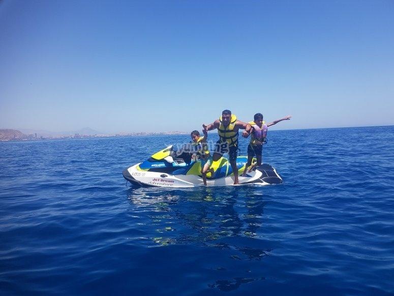 Pasando una jornada familiar en moto de agua