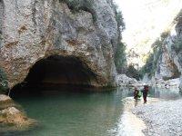 水漂流和洞穴照片