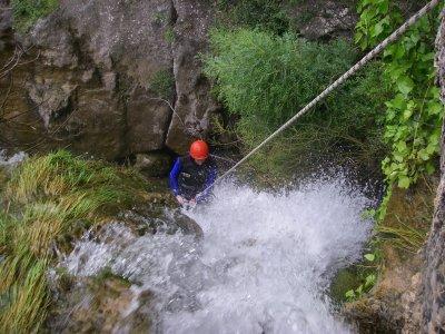 在Sierra de Prades塔拉戈纳溪降