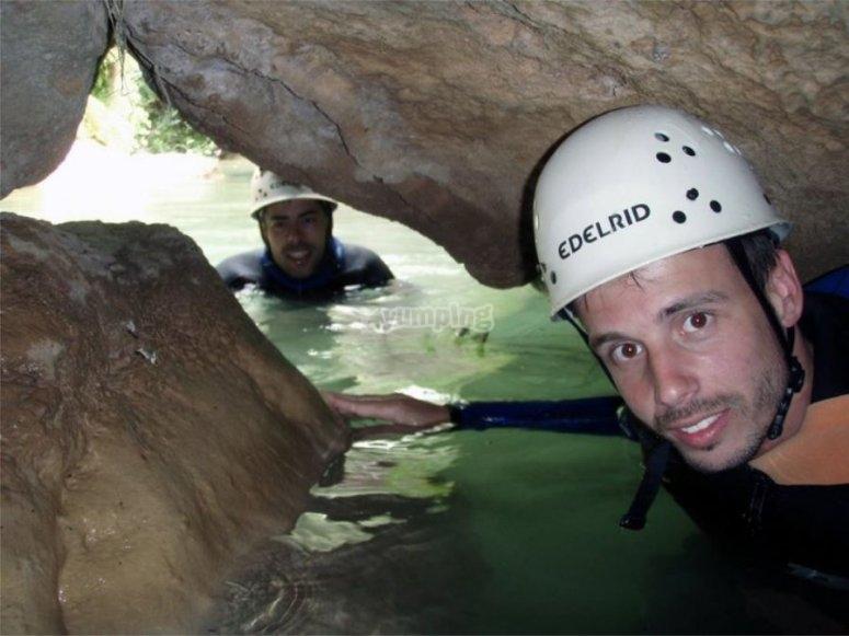 Bajo la cueva en el rio