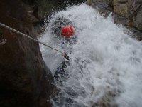 Oscureciendo en la cascada