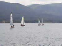 Varios veleros en el embalse