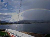 Nuestra embarcacion junto a un gran arcoiris