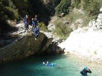 Saltando al rio poco profundo