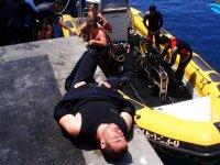 Descansando tras la salida de buceo