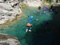 Lanzandose con neopreno al agua