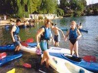 Familia subiéndose a las canoas