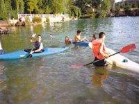 沼泽地的几个皮划艇运动员