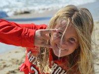 风筝阵营年轻的学生用红色运动衫的小
