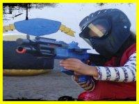 Disparando en el paintball infantil