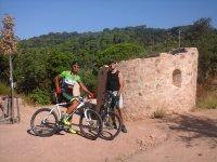 结之间坐自行车休息参观新景观