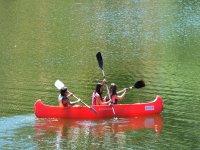 Tres peques en la canoa