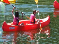 Chicas llevando los remos en el agua