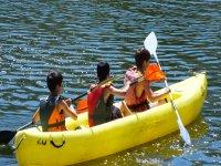 Compartiendo canoa amarilla