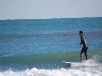 Alumno surfeando a la orilla en Mareny Rafalcaid