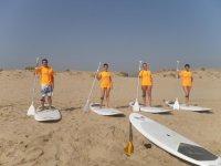 四个人在甘迪亚港口准备开始上课