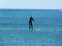 女性在潜水衣用桨划动