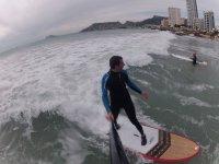 从波浪中的两名冲浪者的桨中查看