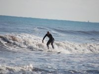 Hombre surfeando una diminuta ola en Gandia