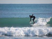 Surfeando en la ola de la playa de Gandia