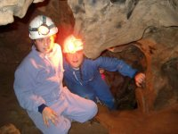 Peques inspeccionando la cueva