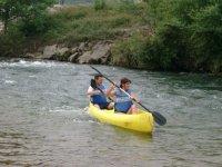 Remando para descender el rio