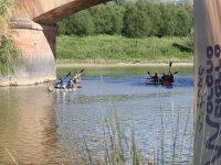 组独木舟穿过桥下