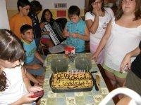 Celebracion de uno de los menores en el comedor del campamento