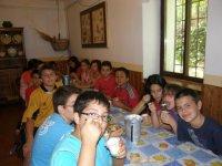 Ragazzi nella sala da pranzo del campo Huerta Cazorla