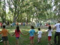 Enorme corro formado por menores y monitores