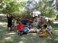 Grupo de menores realizando actividades de animacion en el campamento