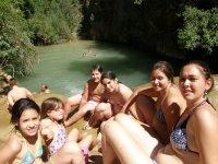 Menores preparados para un chapuzon en el rio