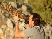 Hombre fotografiando a los aves con un teleobjetivo especial