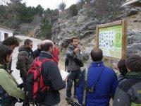 Monitor dando instrucciones a grupo sobre los tipos de ave que se encuentran en ese paraje