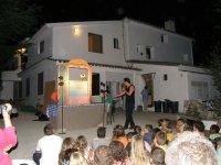 Serata serale in cui i bambini ascoltano attentamente l'attività
