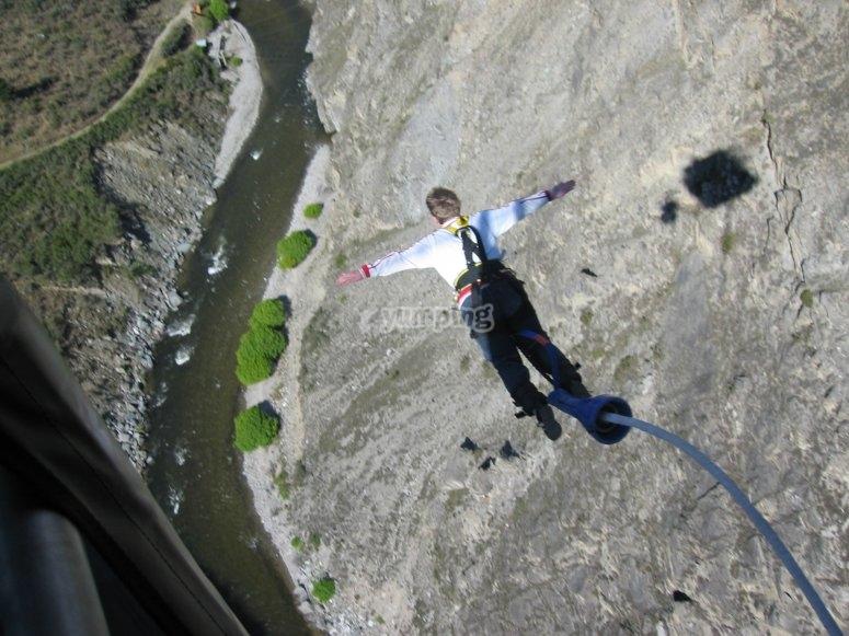 Salto de puenting desde el puente de Tablate