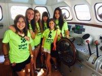 chicas dentro del barco