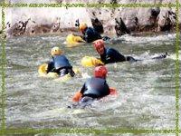 Equipo de aventureros realizando hidrospeed
