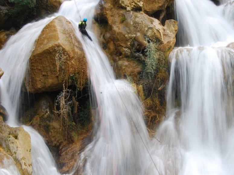 Cascada natural en el barranco